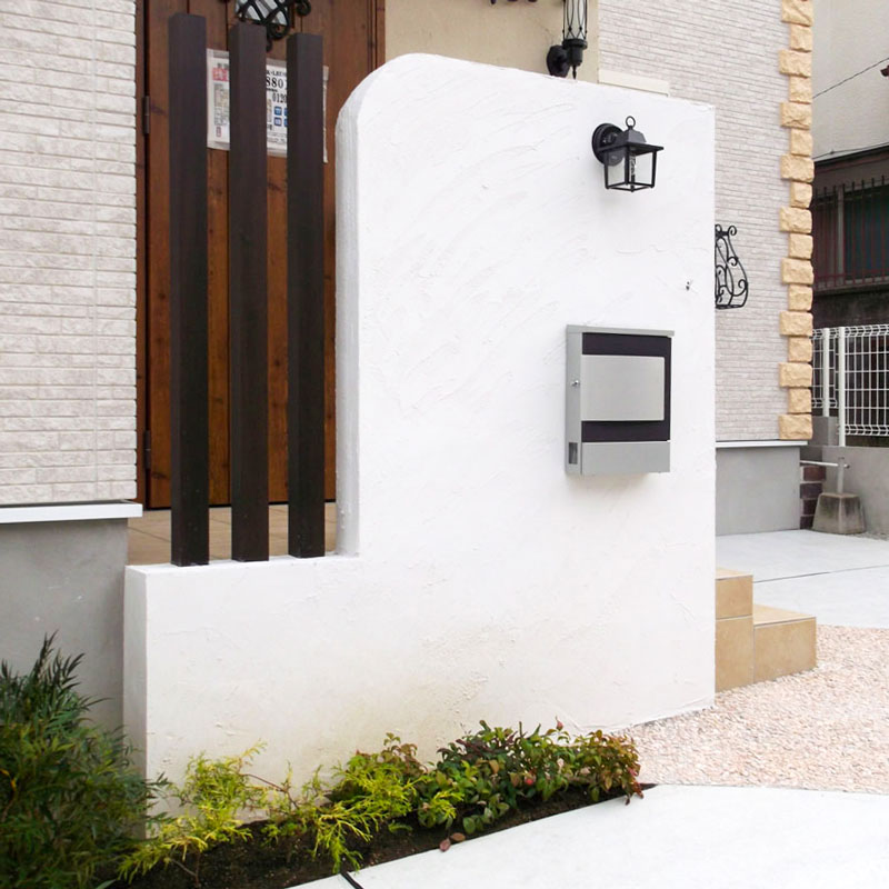 開放的な玄関前の駐車スペース