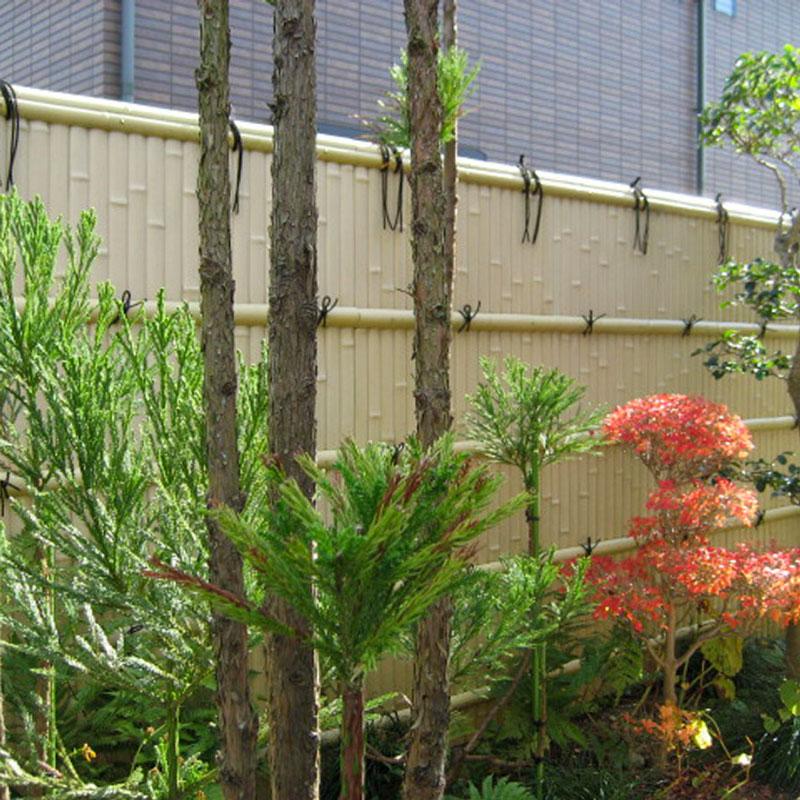 竹垣に囲まれた純和風の庭園